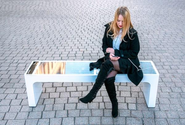 Steora è la panchina smart che vi ricarica e vi fornisce connessione Wi-Fi (foto)