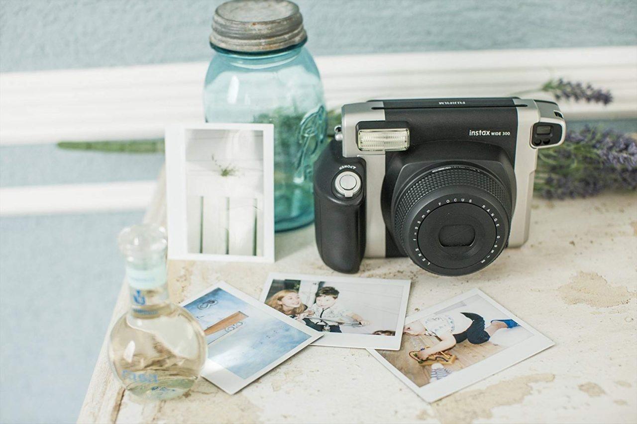 Fujifilm Instax Wide 300 costa solo 87€ su Amazon: una macchina vintage per foto istantanee più ampie