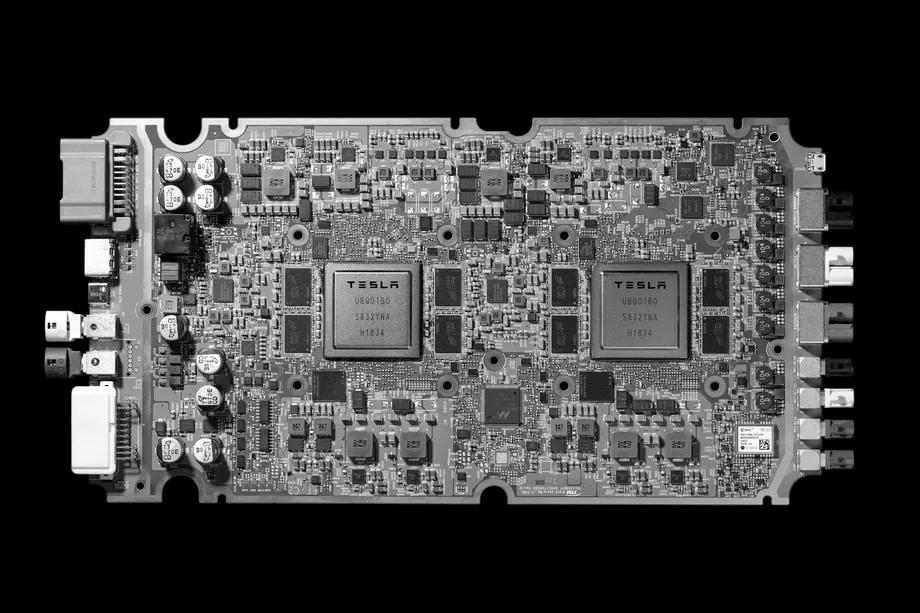 Tesla presenta i suoi nuovi chip e annuncia Robotaxi, il taxi senza conducente (foto)