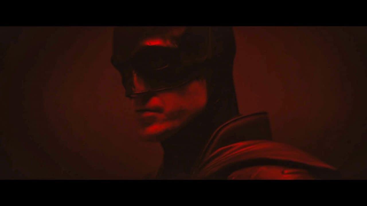 Il Batman di Robert Pattinson si mostra nel primo video ufficiale e sembra Daredevil (foto e video)