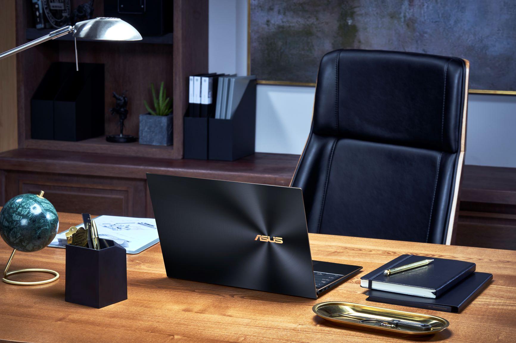 ASUS_ZenBook S UX393_Scenario photo_Jade black and dimond cut