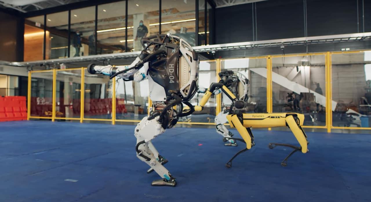 """Ora i robot Boston Dynamics fanno anche il """"ballo dell'umano"""" (video)"""