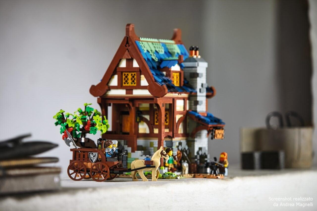 Perché studiare la storia sui libri quando lo si può fare costruendo LEGO Ideas Fabbro Medievale?