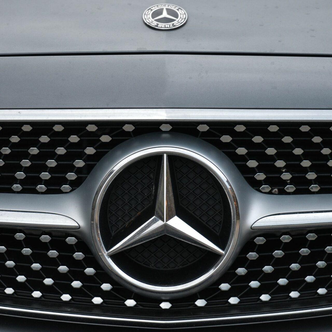 Le auto Mercedes si avvisano a vicenda in caso di fosse o dossi