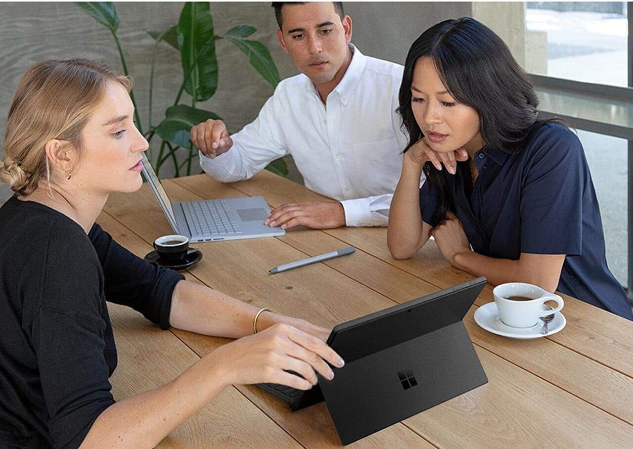 """Microsoft Surface Pro 7, Pro X 13"""" e Book 3 in OFFERTA su Amazon: fino al 28% di sconto"""