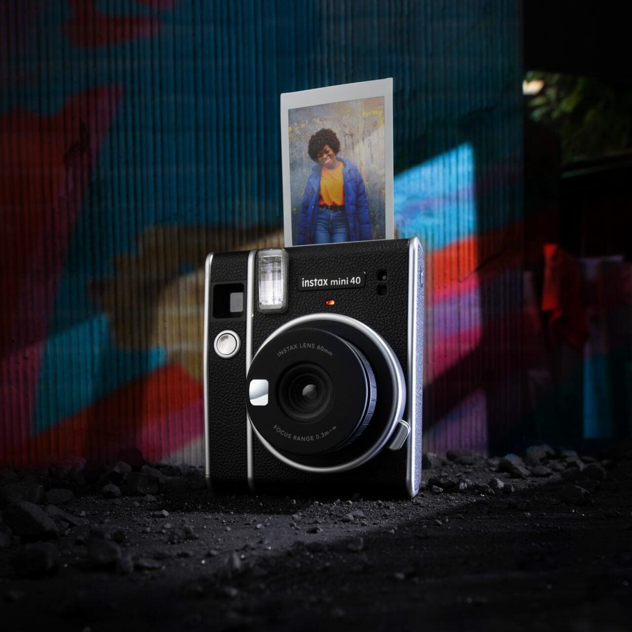 Fujifilm annuncia la instax mini 40, la nuova fotocamera istantanea senza tempo (foto)