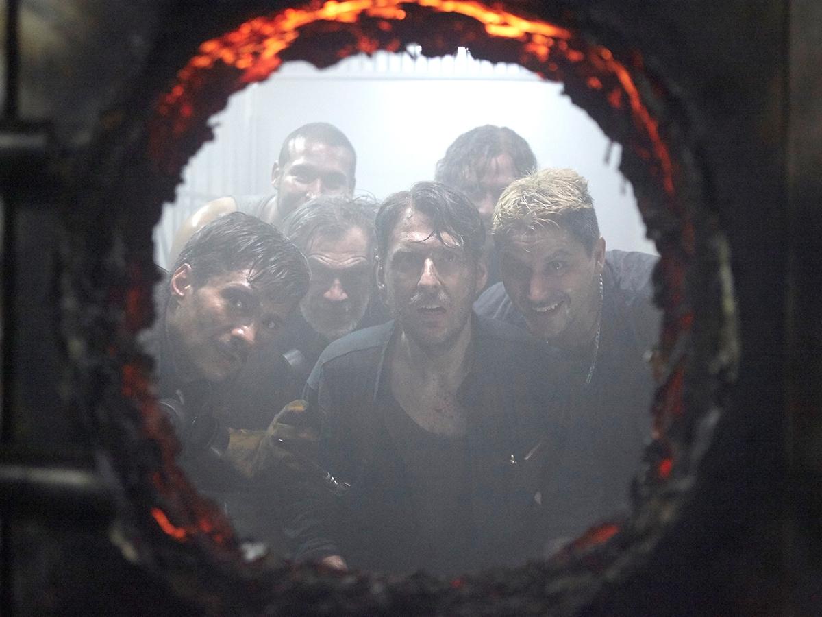 Pedro Suarez, Andres Para, Rodrigo Jerez, Waldo Urrego e Juan Sebastian Calero nella serie televisiva La rapina del secolo. Crediti: Netflix/Juan Pablo Gutierrez.