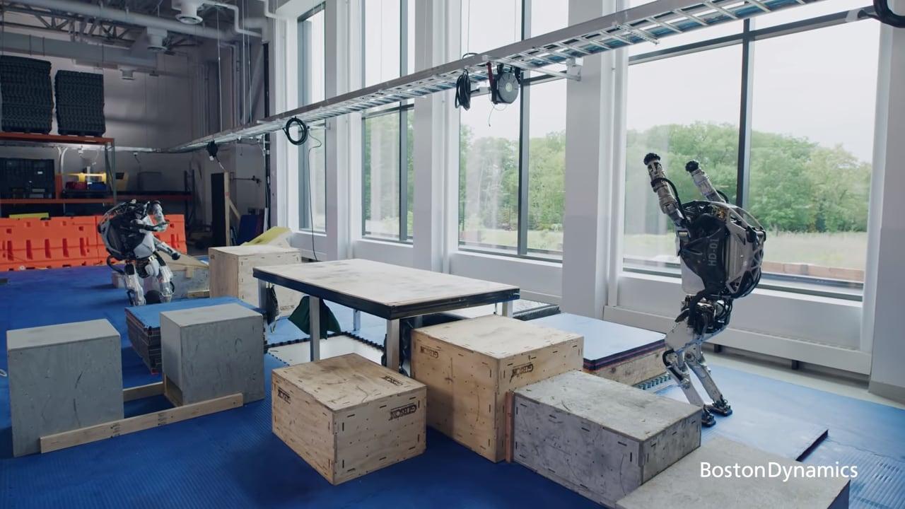 I robot Atlas di Boston Dynamics si danno al parkour (video)