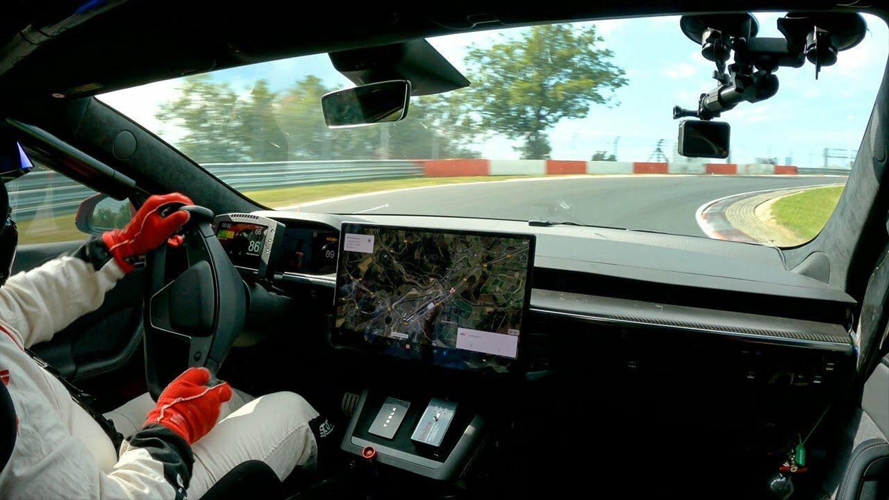 Tesla Model S Plaid da record: è suo il miglior tempo per EV sul circuito Nürburgring (video)